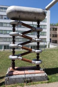 Die zickzackförmite Anordnung aus Kondensatoren und Gleichrichtern funktioniert wie eine elektrische Treppe. Jede Stude verdoppelte die Eingangspannung. 500.000 Volt trieben am Ende den Protoneninjektor an.