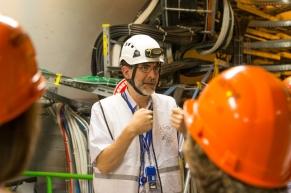 DI Wolfgang Adam, ein Physiker vom Institut für Hochenergiephysik in Wien, der uns durch das Gelände des CMS geführt hat, beim Erklären der Teilchenkollision.